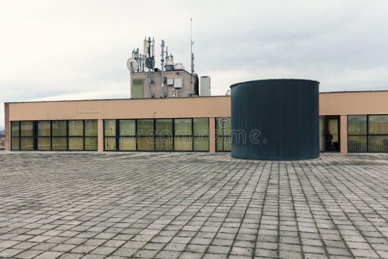 Tanque de água no telhado liso foto de stock