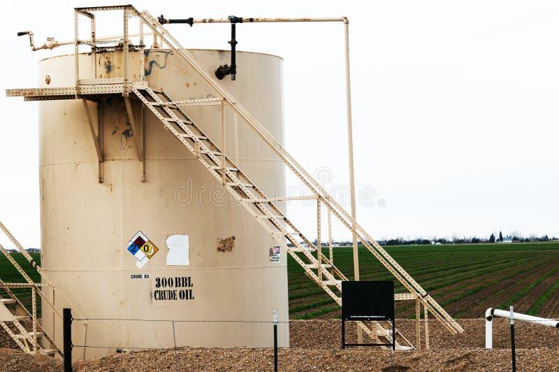 Tanque de óleo bruto na terra foto de stock