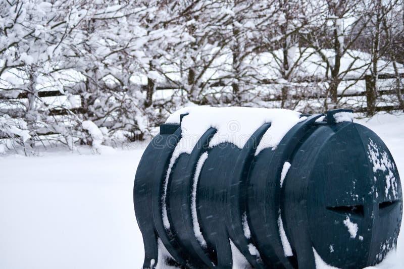 Tanque de óleo para aquecimento do querosene coberto na neve imagem de stock