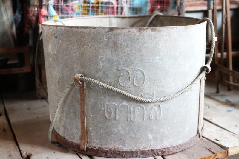 Tanque de aço inoxidável velho, grande tamanho, apropriado para a água asiática do vintage imagens de stock royalty free