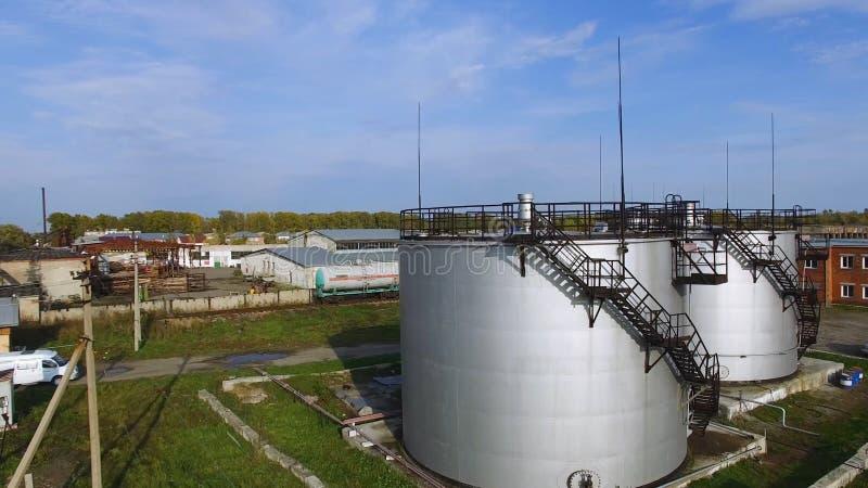 Tanque de armazenamento branco do combustível da vista aérea na planta de refinaria de petróleo estoque Tanques industriais branc imagem de stock royalty free