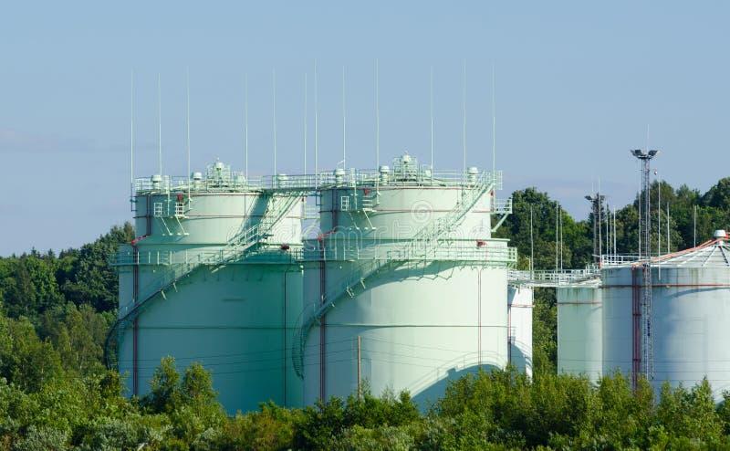Tanque de armazenamento do óleo na indústria petroquímica da refinaria foto de stock royalty free
