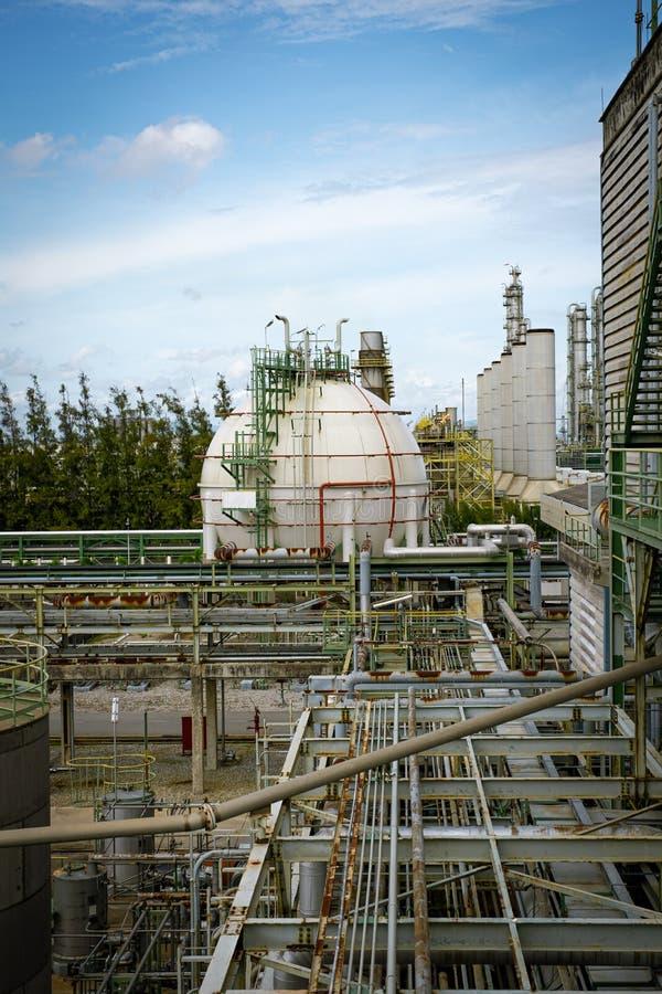 Tanque de armazenamento de gás em usina petroquímica fotografia de stock royalty free