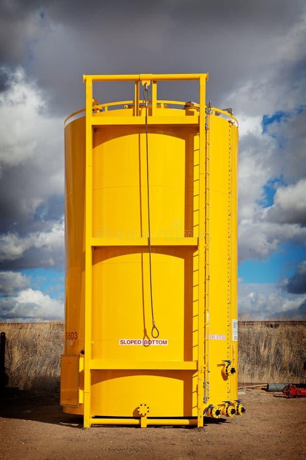 Tanque de armazenamento inferior inclinado do petróleo imagem de stock royalty free