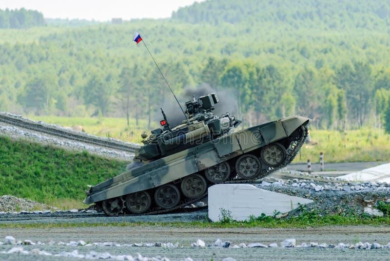 Tanque de batalla principal ruso T-80 en la tierra fotografía de archivo libre de regalías