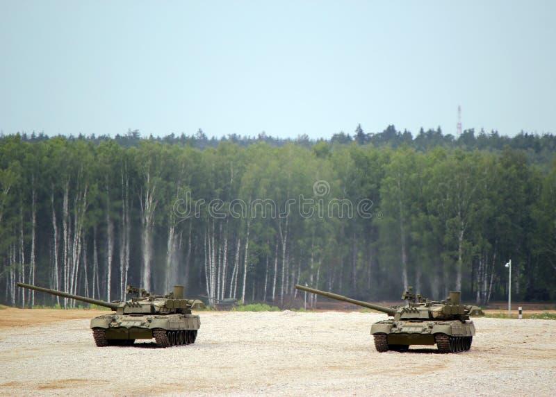 Tanque de batalla principal ruso T-80 en la tierra en combate condiciona imagenes de archivo