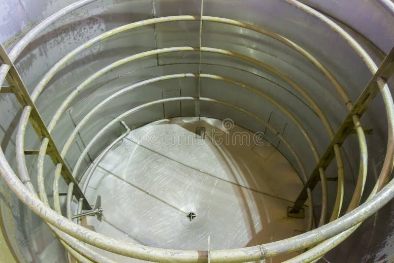 Tanque de fermentação de alumínio vazio fotos de stock