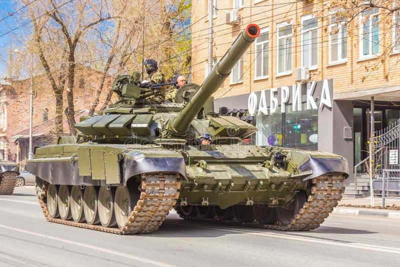 Tanque de guerra alterado militar novo T-72B3M do exército do russo na camuflagem verde na rua da cidade imagens de stock