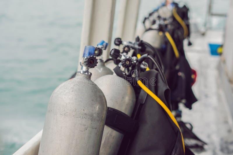 Tanque do ar comprimido do mergulhador no barco Apronte para o mergulho foto de stock