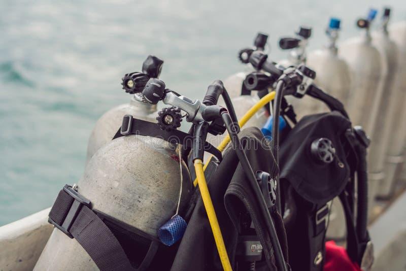 Tanque do ar comprimido do mergulhador no barco Apronte para o mergulho foto de stock royalty free