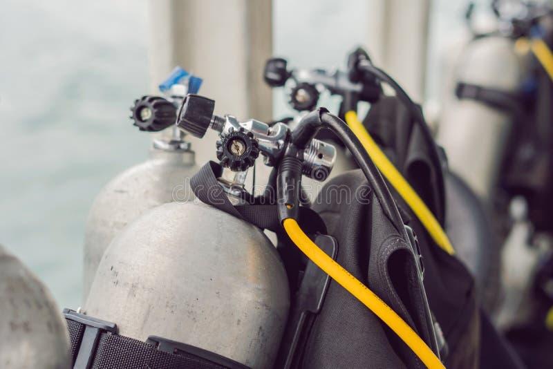 Tanque do ar comprimido do mergulhador no barco Apronte para o mergulho imagens de stock