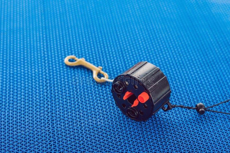 Tanque do ar comprimido do mergulhador no barco Apronte para o mergulho fotos de stock