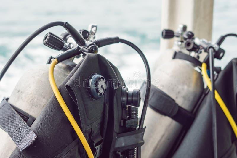 Tanque do ar comprimido do mergulhador no barco Apronte para o mergulho fotografia de stock royalty free