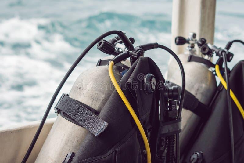 Tanque do ar comprimido do mergulhador no barco Apronte para o mergulho imagem de stock royalty free