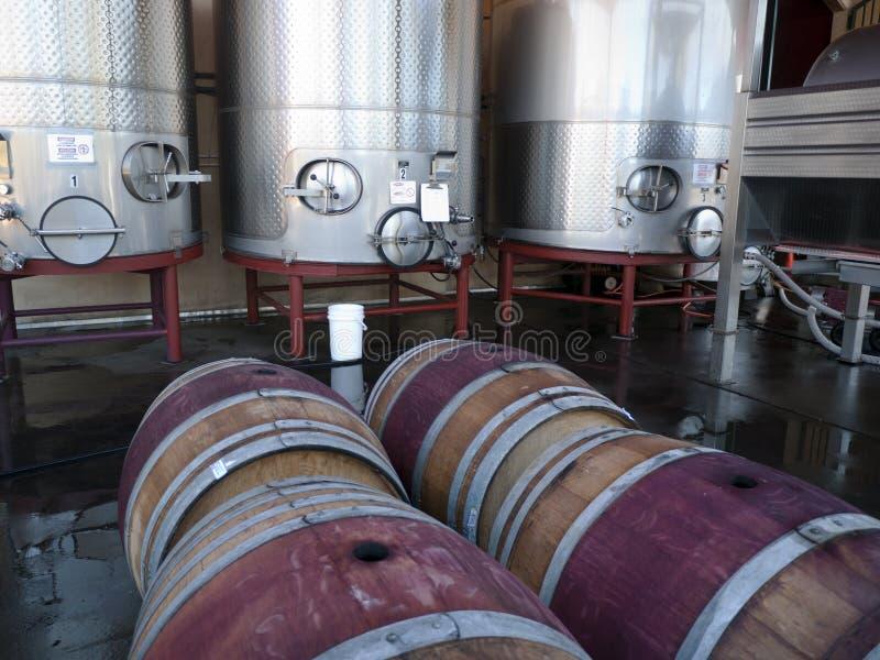 Tanque e tambores da factura de vinho foto de stock