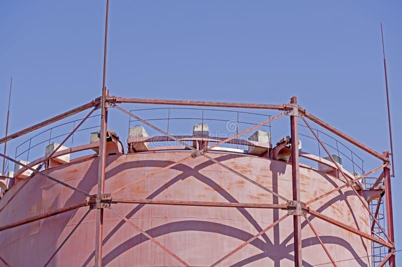 Tanque industrial grande velho para o tratamento das águas residuais fotografia de stock royalty free