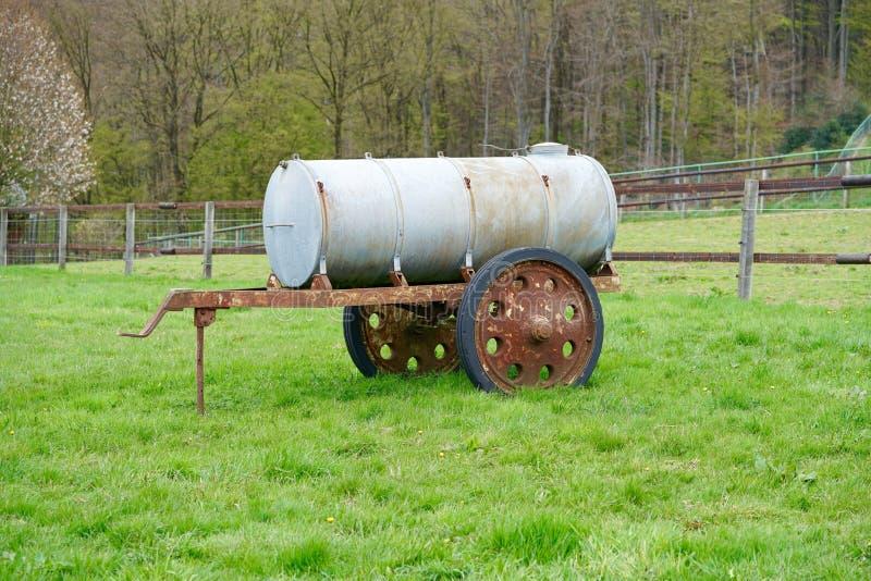 Tanque molhando do gado imagens de stock