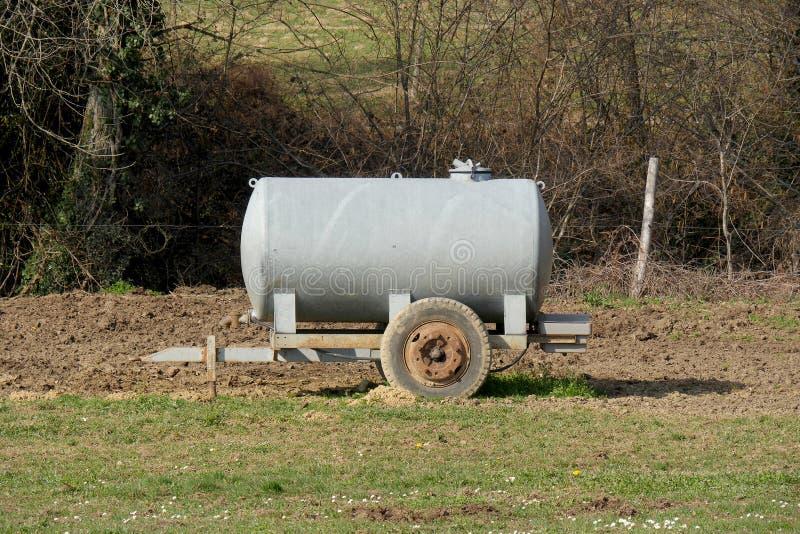 Tanque molhando do gado tradicional em um prado imagem de stock