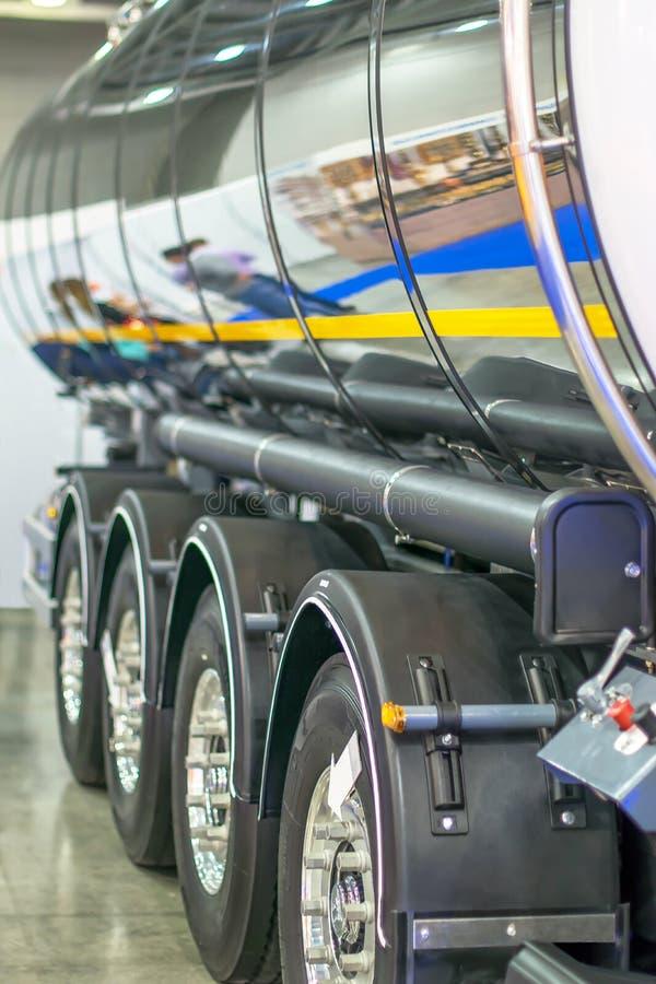 Tanque nas rodas do caminhão para o transporte do óleo imagem de stock royalty free