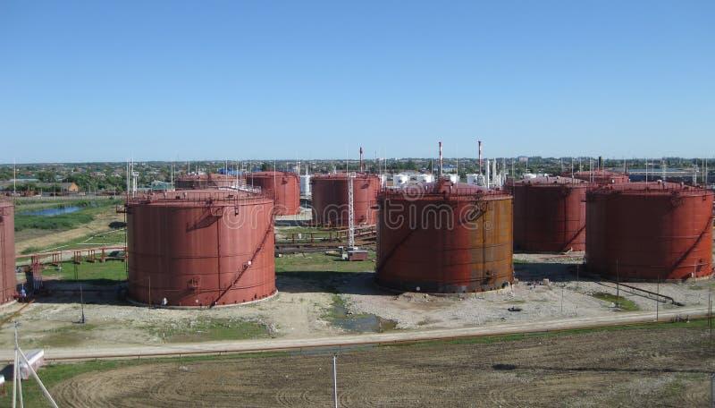 Tanque o aço vertical Capacidades para o armazenamento dos produtos petrolíferos foto de stock royalty free