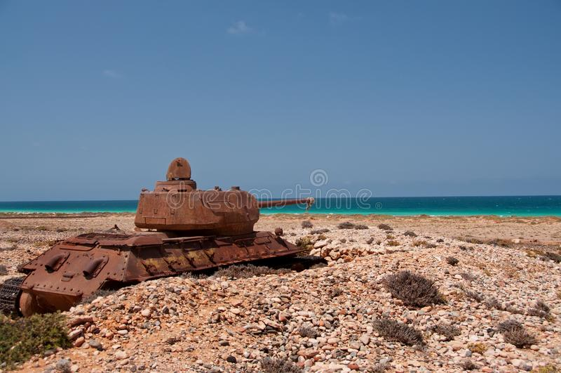 Tanque oxidado velho abandonado na costa da ilha Socotra yemen fotos de stock