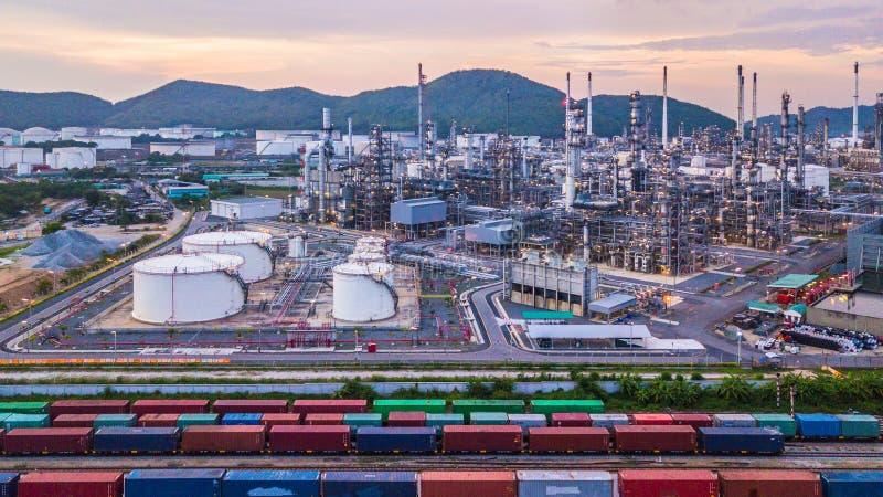 Tanque químico do petróleo e gás aéreo da vista superior com plano da refinaria de petróleo foto de stock