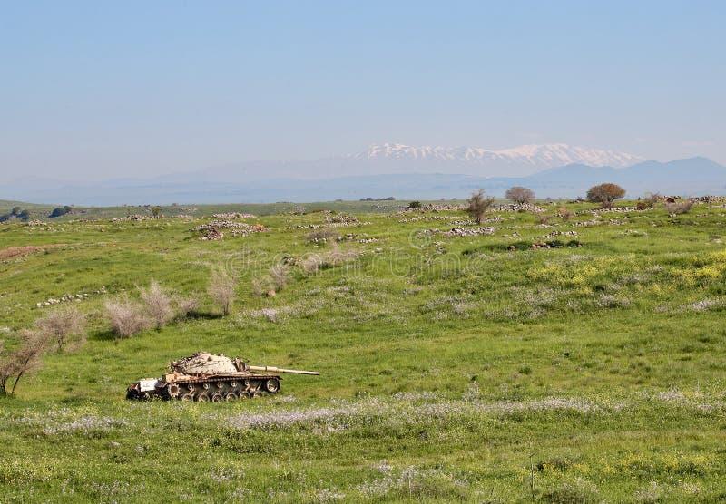 Tanque soprado em Golan Heights contra o contexto do Monte Hermon fotografia de stock