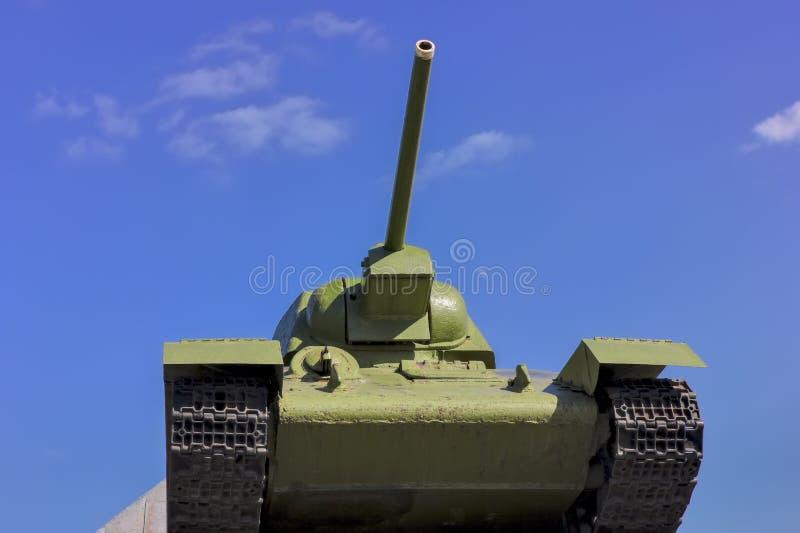 Tanque sovi?tico T-34 na guerra na segunda guerra mundial em um fundo do c?u azul imagem de stock royalty free