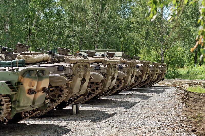 Tanques construídos em seguido na terra imagens de stock