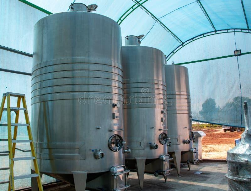 Tanques da destilação em vinhedos de Paracas, Peru fotografia de stock