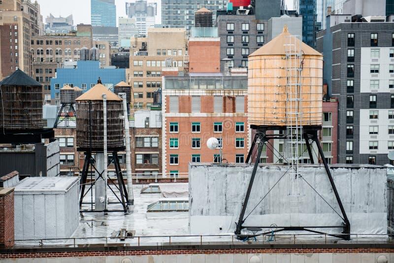 Tanques de água velhos do vintage no telhado no Midtown de New York City Manhattan foto de stock