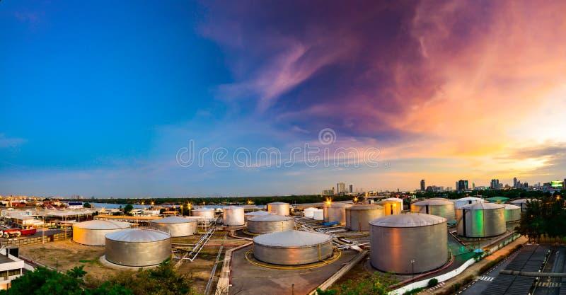 Tanques de óleo industriais em uma refinaria no crepúsculo imagens de stock
