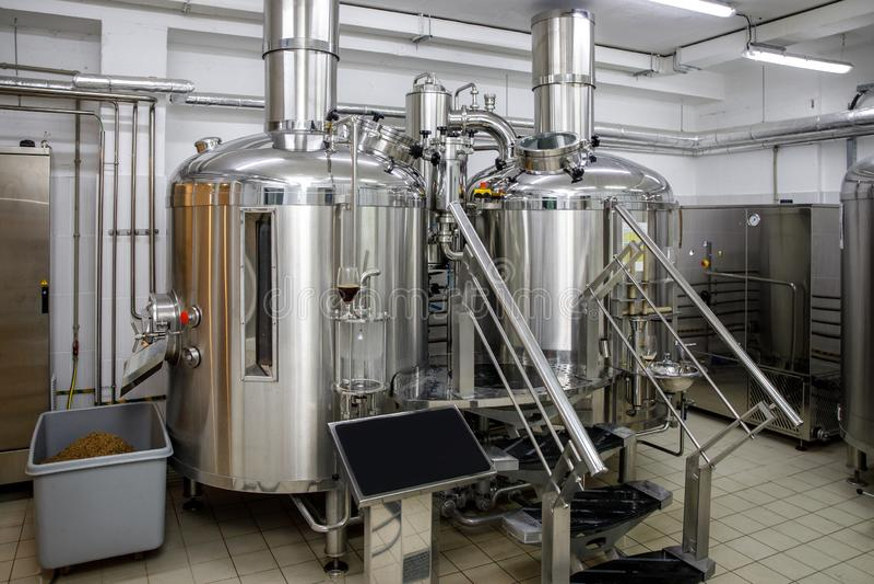 Tanques de aço da produção moderna da cervejaria e tubulações, cerveja do ofício no microbrewery fotografia de stock royalty free