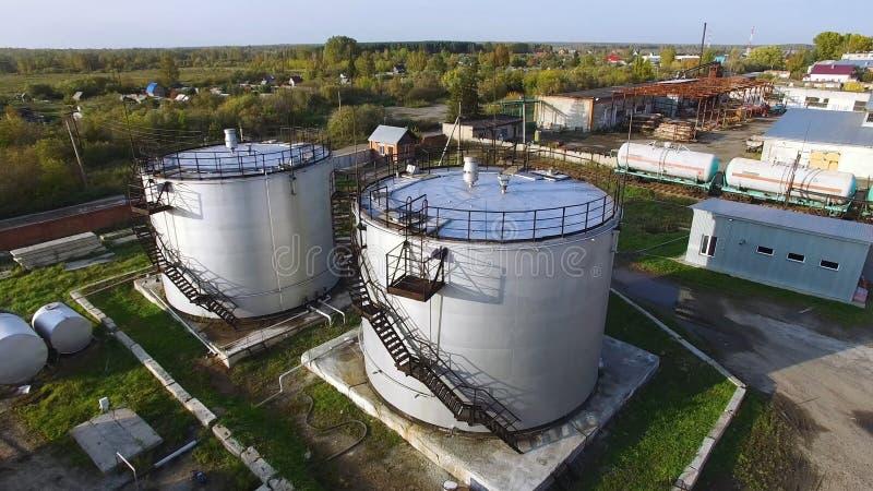 Tanques de armazenamento aéreos do óleo da vista superior estoque Vista superior dos grandes tanques de óleo fotos de stock royalty free
