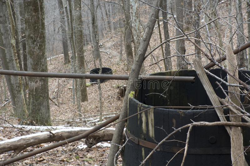 Tanques de armazenamento abandonados do óleo na floresta foto de stock