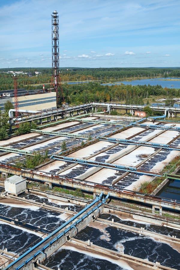 Tanques de armazenamento das águas residuais na fábrica de tratamento imagem de stock