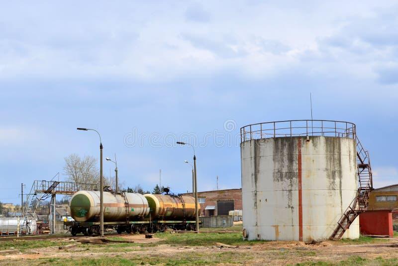 Tanques de armazenamento do óleo no terminal do combustível imagem de stock