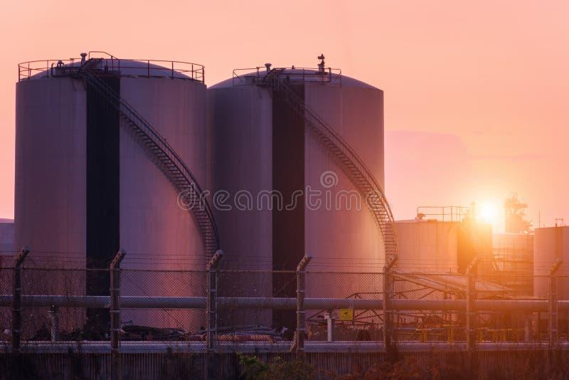Tanques de armazenamento do gás natural, tanque de óleo, LPG, instalação petroquímica fotografia de stock