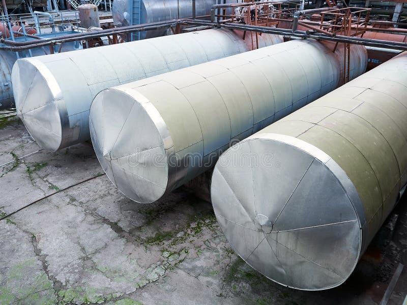 Tanques de armazenamento horizontais do central química cercados por válvulas e por escadas do encanamento imagens de stock royalty free