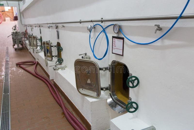 Tanques de fermentação do vinho prepeared para a colheita nova da uva fotos de stock