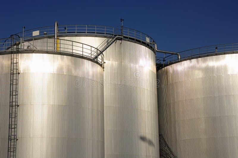 Tanques de petróleo da refinaria na luz solar foto de stock
