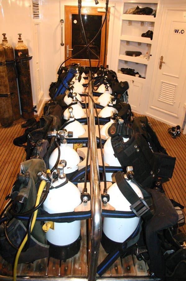 Tanques do ar ao barco do ` s do mergulhador fotografia de stock royalty free