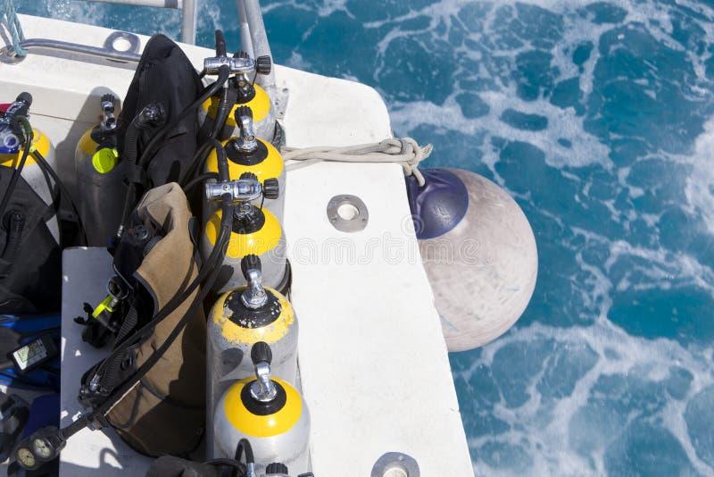 Tanques do mergulhador em um barco do mergulho imagens de stock