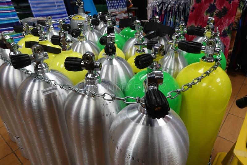Tanques do mergulho em uma loja do mergulho pronta para ser enchido com o ar imagem de stock