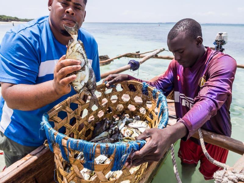 Tansanische Fischer auf Mbudya-Insel stockbild