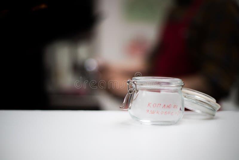 Tansparent kopp för en spets med en inskrift i ett kaffehus royaltyfri bild