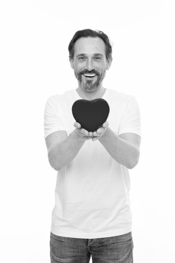 ?tant dans l'amour Homme de valentines tenant le coeur rouge de jouet dans des mains Homme m?r bel avec le coeur de jour de valen photos libres de droits