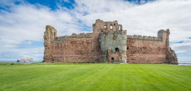 Tantallon城堡,半被破坏的14世纪中叶堡垒,在北部Berwick东部的5公里,位于东洛锡安,苏格兰 图库摄影