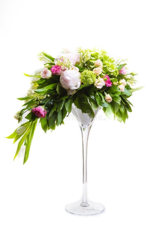 Tantissimo yety, un grande mazzo fertile del bucaneve, rosa, campana e peonia con i verdi in un grande alla moda lungo fotografia stock