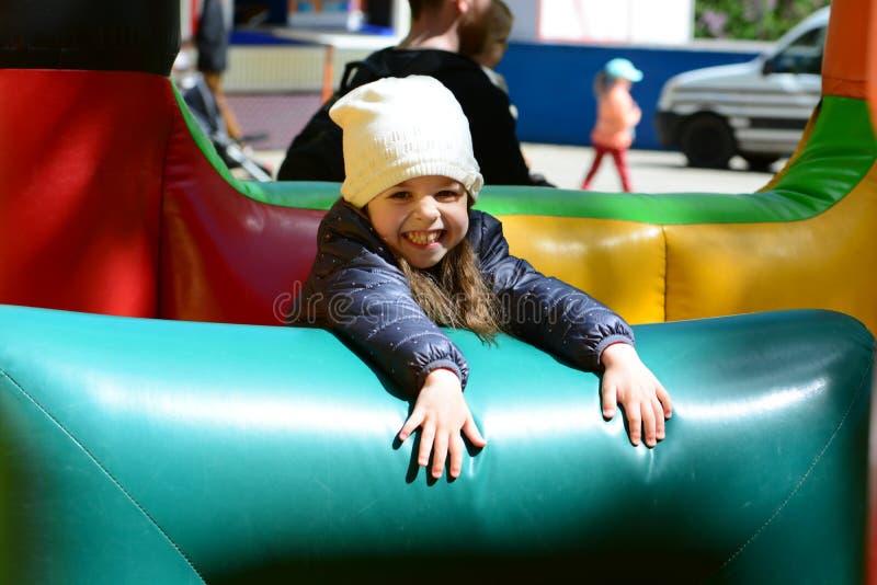 Tanto divertimento em um castelo bouncy fotografia de stock
